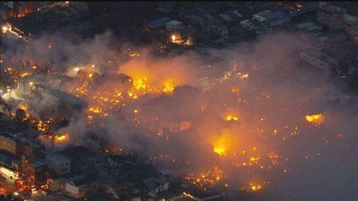 日本新潟縣糸魚川市今上午10點半傳出商店街大火,火勢持續超過10小時才被控制。(圖擷自推特)