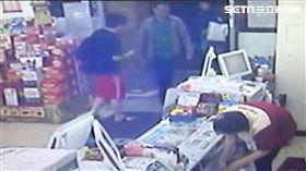 陳男與朋友一同出遊,返家時因手機沒電,竟走進保安路的超商內,伺機偷走1只行動電源,警方獲報循線追查,迅速將他逮捕到案,訊後依竊盜罪移送法辦(翻攝畫面)
