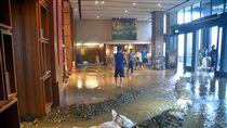 土石流襲台東飯店 大廳成黃泥池(1)超過30小時暴雨,台東多處傳出淹水災情。知本溫泉富野溫泉休閒會館14日中午遭土石流襲擊,大廳變成黃泥池,所幸民眾安全無虞。中央社記者盧太城台東攝 106年10月14日