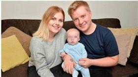 英格蘭南約克郡一名19歲惠特頓(Connie Whitton),直到生產前4小時才得知自己懷孕(圖/翻攝自鏡報)