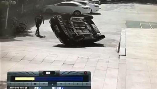 開車,倒車,技術,四腳朝天,翻車 圖/翻攝自YouTube