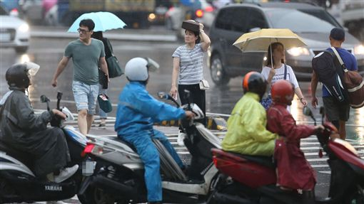 下雨、大雨、陰天、雨天、降雨、午後雷陣雨、雨衣、機車騎士、淋雨(圖/中央社)