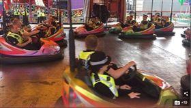 英國21位員警在嘉年華會執勤時,集體玩碰碰車(圖/翻攝自每日郵報)