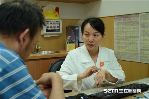 台北慈濟醫院風濕免疫科醫師劉津秀提醒,下背痛超過三個月、症狀早晨較明顯要當心恐僵直性脊椎炎徵兆。(圖/台北慈濟醫院提供)