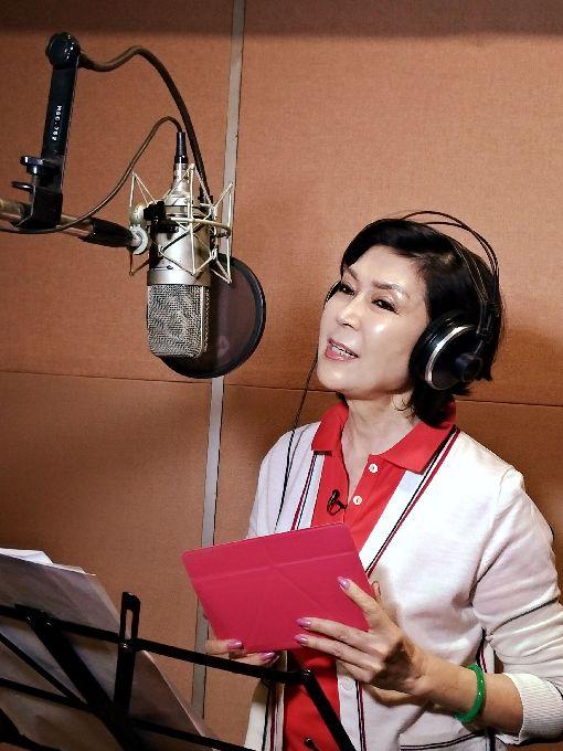 為慈善獻唱 白嘉莉進錄音室旅居印尼的資深藝人白嘉莉與慈善基金會合作,錄製歌曲。她表示,再走進錄音室,往事不自覺又湧上心頭,真的很懷念以前在台灣的時光。中央社記者周永捷雅加達攝 106年10月17日