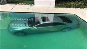 金泰爾(Guy Gentile)和俄羅斯女模女友庫其瑪(Kristina Kuchma)分手,沒想到庫其瑪不滿,直接將金泰爾的賓士名車開入游泳池(圖/翻攝自每日郵報報導)