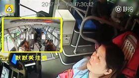 大陸一名公車女駕駛看到孕婦走路緩慢,默默等了30秒直到她上車坐好才發車。(圖/翻攝梨視頻)