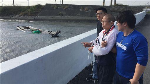 警方當時帶著李男到舊出海口時,一度迷途,直到焚香祭拜後這才找到。(圖/翻攝畫面)