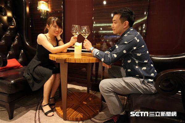 歌詩達新浪漫號,維羅那酒吧,情侶,品酒(圖/記者簡佑庭攝)