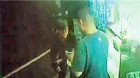 遭林尚聰錯砍的少年,當時拖著遭砍的右手向店家求助。翻攝照片