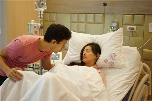 Janet產下男嬰,老公George貼心陪伴。(翻攝自Janet臉書)