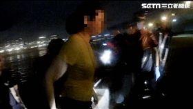 吳女前往大稻埕碼頭跳河,大批警消趕抵現場,迅速將她從水中救起,吳女卻宣稱自己在看風景,令在場警消哭笑不得(翻攝畫面)