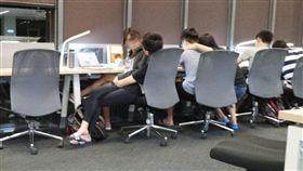 網友PO文要情侶禁止在圖書館放閃。(圖/翻攝靠北清大臉書)