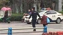 大陸,四川,警察,老婆婆,牽手過馬路(圖/翻攝自微博)