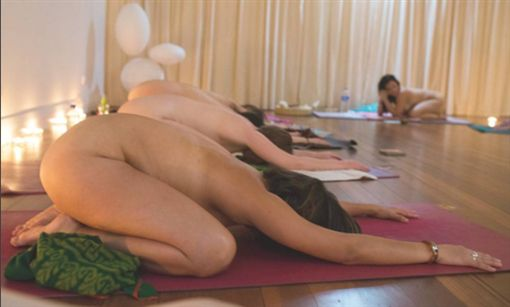▲澳洲流行裸體瑜珈。(圖/翻攝自rosie.rees Instagram)https://www.instagram.com/rosie.rees/