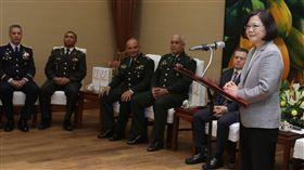 蔡英文總統接見「國防大學國際高階將領班第12期」學員。(總統府提供)
