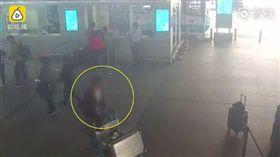 大陸山東省煙台蓬萊機場大廳,有一名男旅客下機後,疑癲癎發作,開始在原地打轉繞圈,不久後,男子就昏倒不起,所幸當時附近有執勤的員警,男子在民眾和員警協忙下,才沒造成更嚴重的後果,也撿回一條命。(圖/翻攝自梨視頻)