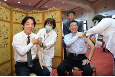 行政院長賴清德接種流感疫苗。(翻攝賴清德臉書)