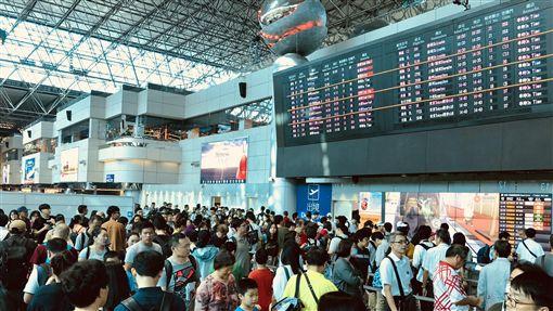 國慶連假 桃機運量較平日成長約1成國慶連假展開,出國人潮湧現。桃園國際機場公司預估7日入出境人數約為12萬7000多人次,其中出境有7萬6000人次,整體旅運量較平日成長約1成。中央社記者邱俊欽桃園機場攝 106年10月7日