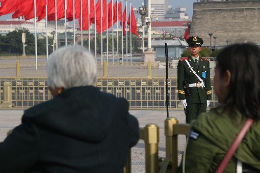 人民大會堂外 衛兵警戒(2)中共19大專題中國共產黨第19次全國代表大會19日共有30個代表團的討論開放中外媒體採訪,人民大會堂場外圍維持管制,禁止一般民眾通行。中央社記者吳家昇北京攝 106年10月19日