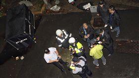 台大校園深夜潑酸釀死傷  警方動員調查國立台灣大學校園內20日凌晨0時許傳出有人潑灑疑似硫酸的不明液體,造成一死兩傷;警方封鎖現場積極展開調查蒐證工作。中央社記者張皓安攝  106年10月20日