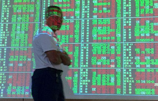 台股力守5日線(1)蘋果股價下挫,20日台股大盤一度回檔到10700點附近,盤中電子股回穩,台股跌幅收斂,力守5日均線約10745點。中央社記者董俊志攝 106年10月20日