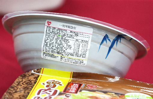 超商微波便當多鈉(2)依據國民健康署發行的國民飲食指標手冊,國人每日鈉攝取量應該限制在2400毫克以下,即一餐應低於800毫克。消基會赴超商隨機購買並檢視20件微波便當,其中「一碗烤雞腿飯」的鈉含量更高達3080毫克,吃一碗鈉攝取量就是一天建議攝取量的128%。中央社記者裴禛攝 106年10月20日