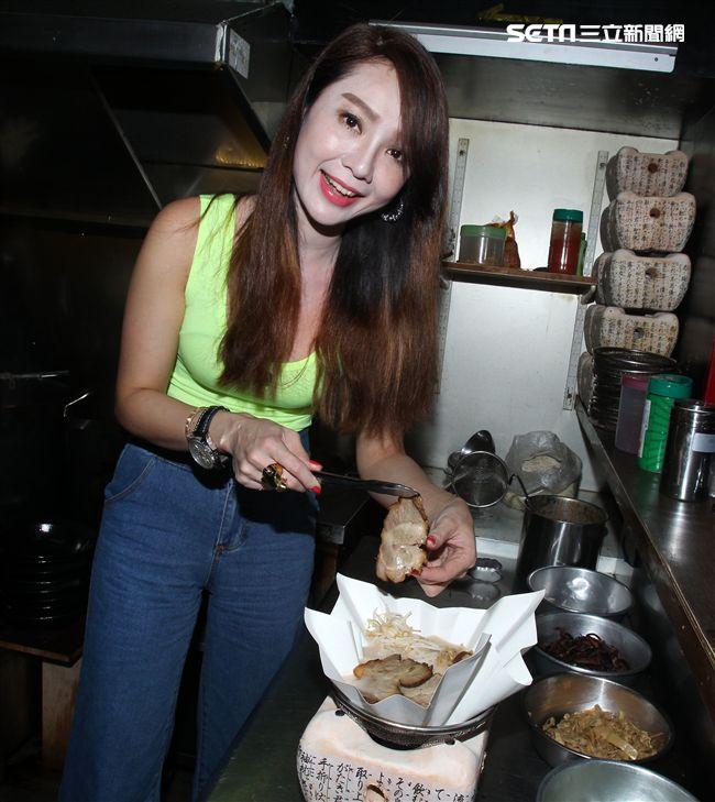 專訪海倫清桃在山本堂料理紙拉麵鍋。(記者邱榮吉/攝影)