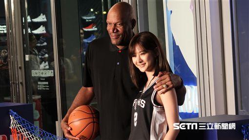 前NBA球星Ron Harper和女星安心亞一同為NBA旗艦店站台。