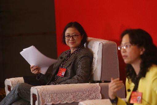 19大 台灣代表盧麗安受訪(3)中共19大專題中共19大在北京召開,20日晚間中共黨代表台灣代表盧麗安(左)、蘇輝、江爾雄(右)接受媒體訪問,盧麗安聆聽發言。中央社記者吳家昇北京攝 106年10月20日