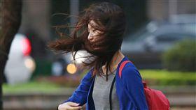 強風吹亂一頭秀髮卡努颱風外圍雲系及東北季風共伴效應影響,全台各地出現強風豪雨。北市一名路人13日傍晚走在台北街頭,突然一陣強風把秀髮吹亂。中央社記者徐肇昌攝 106年10月13日 -強風-風吹-