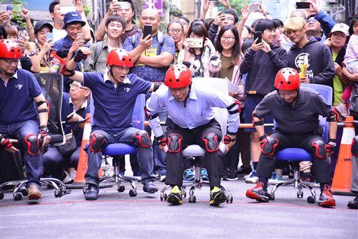 柯文哲參加文昌街辦公椅飆速活動。(主辦單位提供)