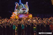 ▲106年全國運動會開幕典禮,表演中的鯖魚為亮點之一。(圖/記者蔡宜瑾攝影)