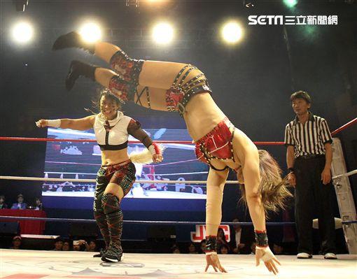台灣史上第一次日本女子摔角聯盟StardomVS大江戶隊,6人大混戰。(記者邱榮吉/攝影)