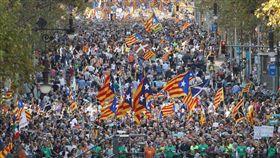 45萬人在巴塞隆納抗議,阻止西班牙解散加泰隆尼亞自治區政府(推特 https://twitter.com/RevistaComuna/status/921775600930615296)