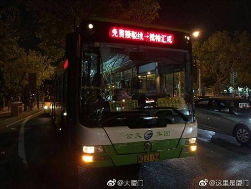 ▲周杰倫廈門演唱會包車護送歌迷。(圖/翻攝自微博)