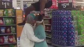 跳馬鞍,超市,擁吻,接吻,單身狗,情侶,賣場,助跑/YouTube