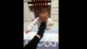 爸爸,腳臭,寶寶,吐奶,臭腳,嬰兒 圖/翻攝自YouTube