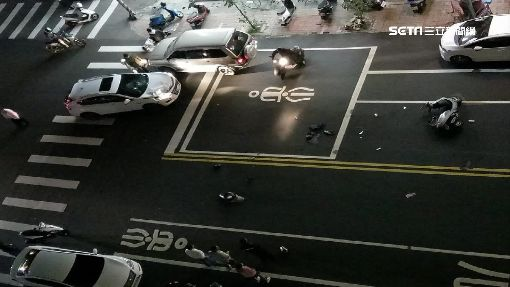 砰! 汽機車路口對撞 未成年兄弟檔噴飛