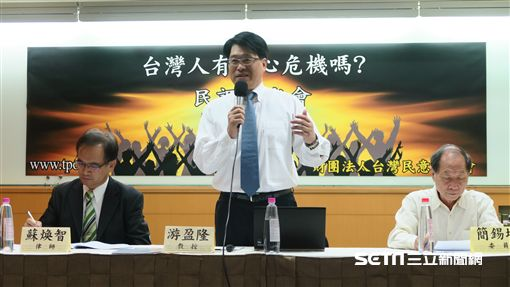 台灣民意基金會董事長游盈隆公布10月份全國性民調。(記者盧素梅攝)