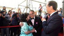 截肢警陳昭宏與妻子參加新北市聯合婚禮。(圖/新北市政府)