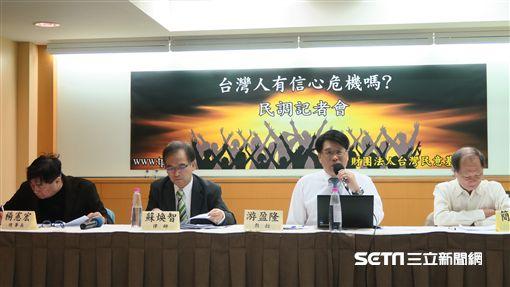 台灣民意基金會董事長游盈隆今天上午發布10月全國性民意調查。(記者盧素梅攝)