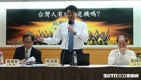 台灣民意基金會董事長游盈隆公布民調。(記者盧素梅攝)