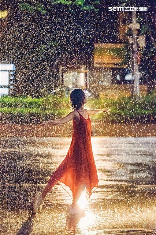 ▲孫燕姿MV化身「紅衣女孩」雨中狂舞。(圖/環球提供)
