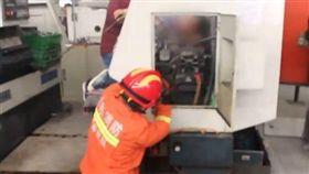 女工上半身被機器捲入卡住動彈不得,畫面驚悚。(圖/翻攝梨視頻)