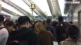 日本機場滿滿人潮  廖貞嵐攝