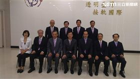 第二排從右至左,楊華興主任、林合勝處長,陳榮周副署長,王明朝處長。廉政署提供