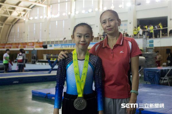 ▲拿下平衡木銀牌的黃子星(左)與身兼教練的母親梁萍(右)。(圖/記者蔡宜瑾攝影)