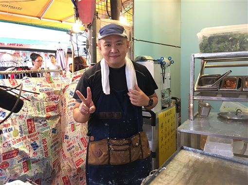 林志穎的哥哥林志杰做腸粉,在四平街擺攤。