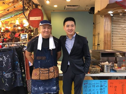 林志穎的哥哥林志杰做腸粉,在四平街擺攤,還有三弟林志鑫也來 ,三兄弟站台。